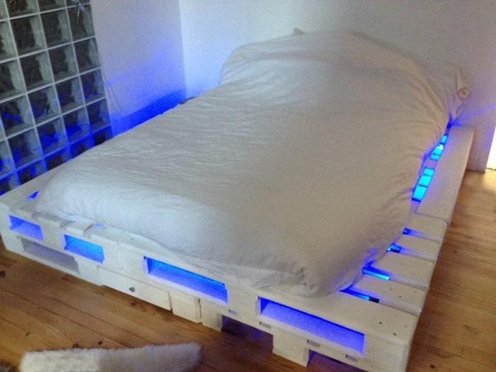 Кровать из поддонов – это уложенные на пол и скрепленные между собой деревянные паллеты.