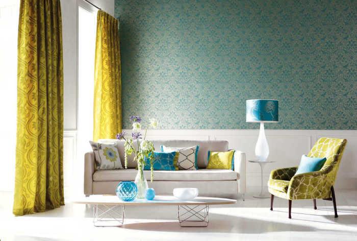 Лёгкие и плавные узоры на ярких занавесках хорошо контрастируют с лаконичным рисунком на стенах.