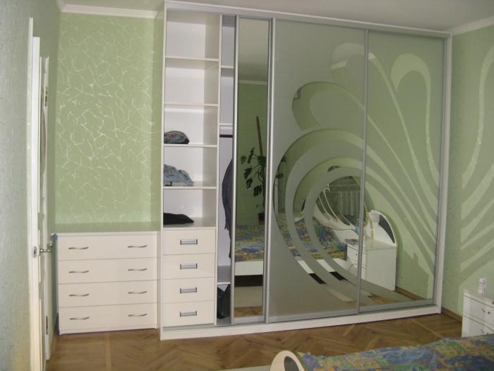 Просто отличный дизайн шкафа-купе с пескоструйным узором на зеркале.