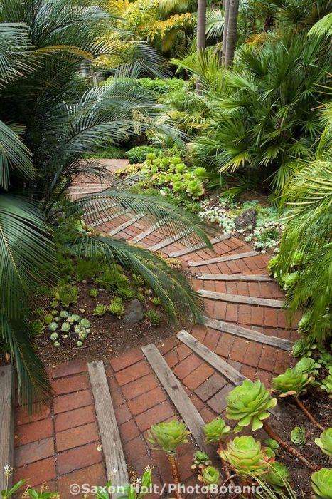 Садовые дорожки на дачном участке – это не только важный элемент ландшафтного дизайна, необходимый для комфортного перемещения по участку, но и способ зонирования и украшения пространства.