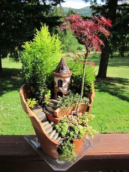 Необыкновенный мини-террариум с замком и множеством декоративных элементов.