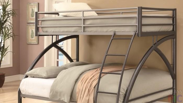 Необычная двухэтажная кровать с металлическим каркасом.