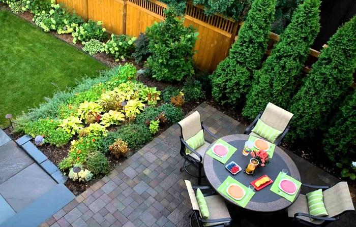 Стильная садовая мебель и необычный ландшафтный дизайн подчеркнут статус хозяина.