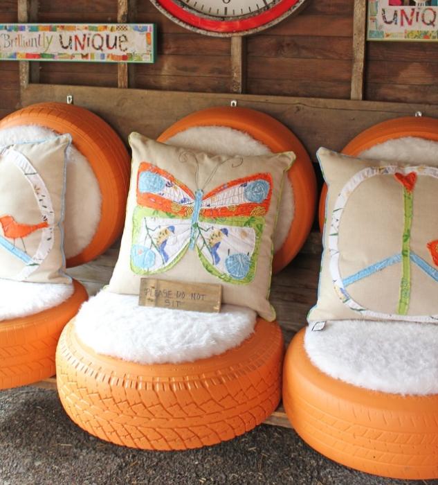 Удобные кресла из старых автомобильных шин, покрашенных в оранжевый цвет.