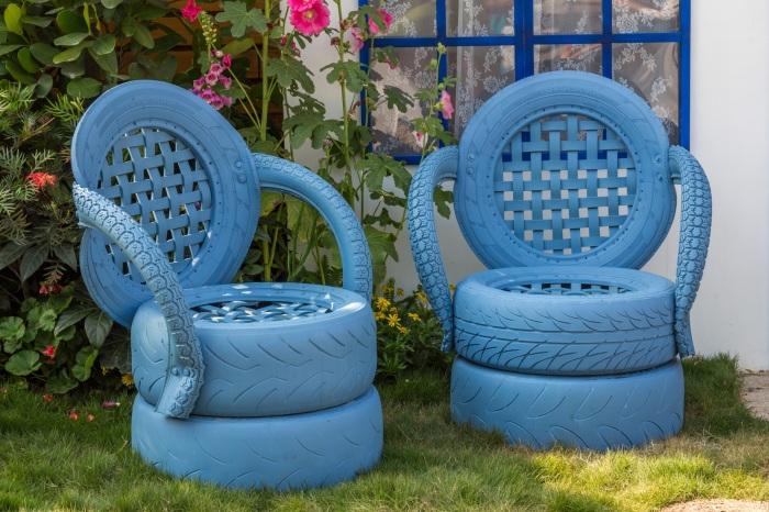 Мягкие и удобные кресла из покрашенный в синий цвет автомобильных покрышек.