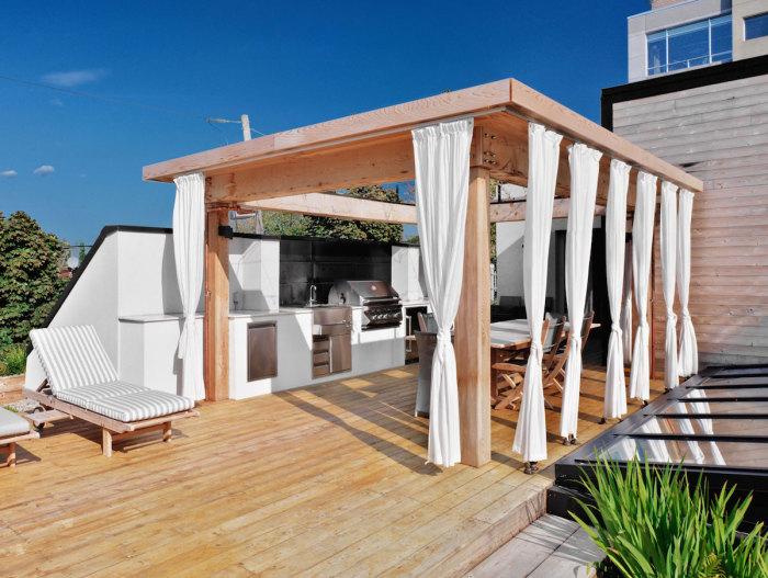 Відкрита прибудована тераса легко може замінити кухню.
