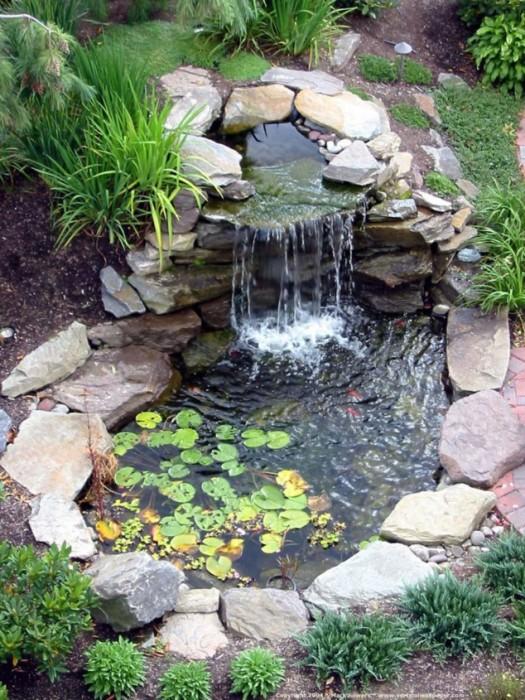 Небольшой декоративный водоём с водопадом, который оформлен природными и декоративными камнями разных форм и размеров.