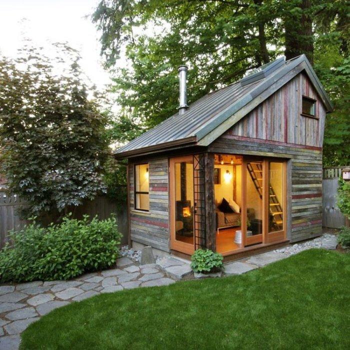 Небольшой двухэтажный домик для отдыха, который можно смастерить своими руками.