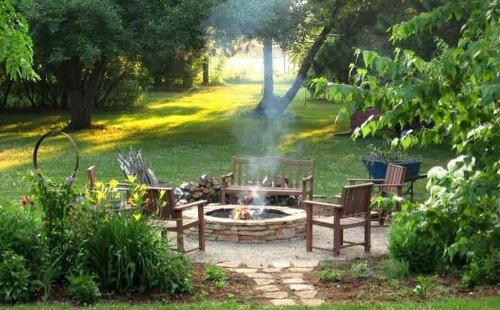 Открытый очаг огня станет настоящей изюминкой и отличным местом для отдыха вокруг него.
