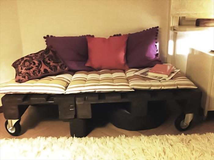 Небольшая кровать на колёсиках, которую можно сделать из нескольких старых поддонов.