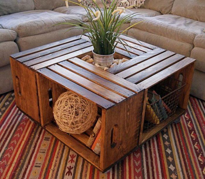 Обычные деревянные ящики, скреплённые вместе, образуют стильный и многофункциональный журнальный столик.