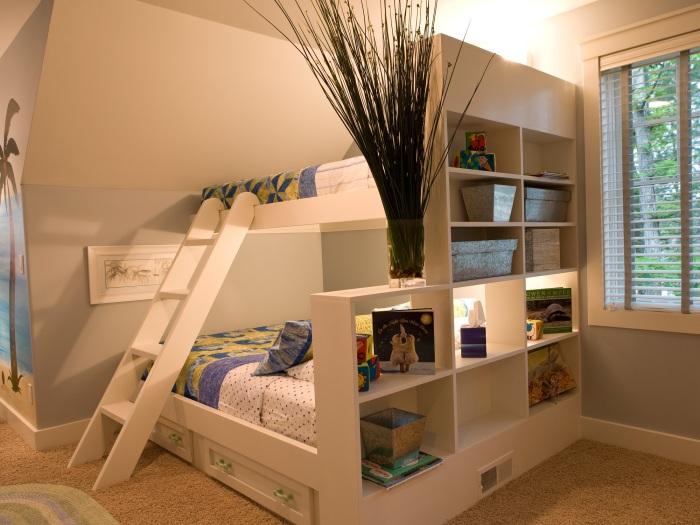 Просторная двухуровневая кровать в детской комнате.