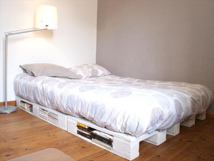 Кровать из старых поддонов в стиле кантри, которая станет изюминкой в интерьере.