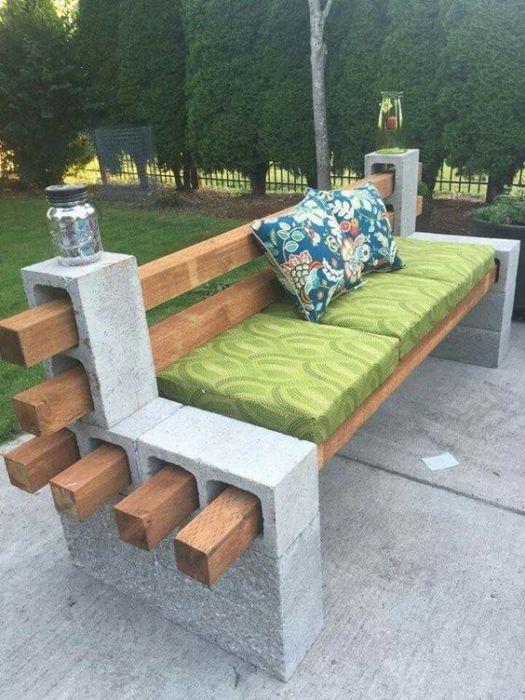 Удобная самодельная скамейка, которую несложно изготовить из нескольких деревянных досок и бетонных плит, станет хорошим местом для отдыха и функциональным украшением придомовой территории.