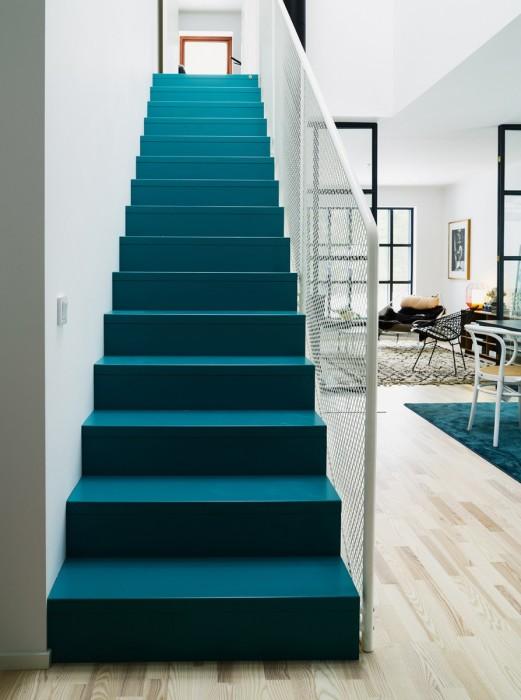 Деревянная лестница, покрашенная в зеленый цвет, создает приятное ощущение нереальности и перспективы.