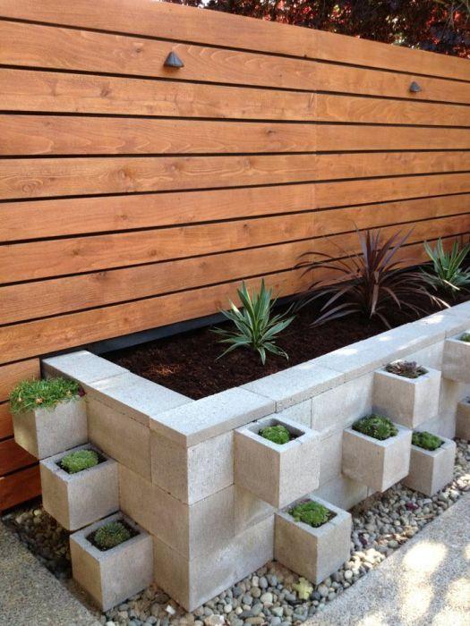 Декоративные грядки из бетонных шлакоблоков, как элемент ландшафтного дизайна.