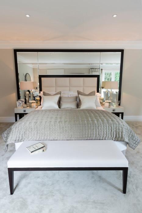 Элегантное и современное фацетное зеркальное полотно в спальной комнате.