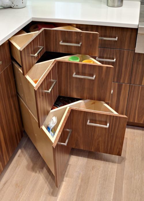Еще один классический вариант угловых шкафчиков в современном интерьере кухни.