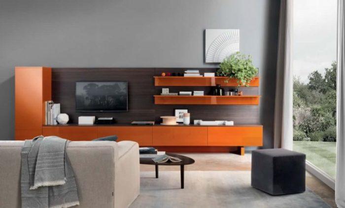 Просторная гостиная с яркой мебелью.