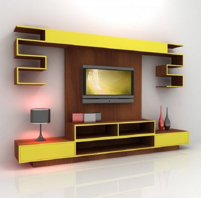 Яркая зона для просмотра телевизора в жёлтых и коричневых тонах для гостиной комнаты.
