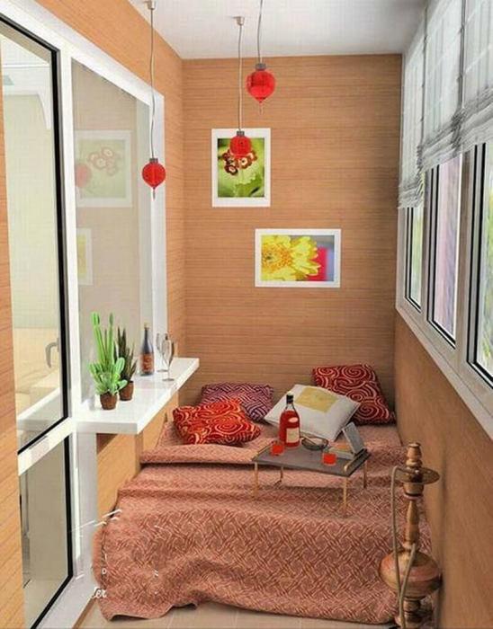 Уютный и романтический интерьер маленького балкона.