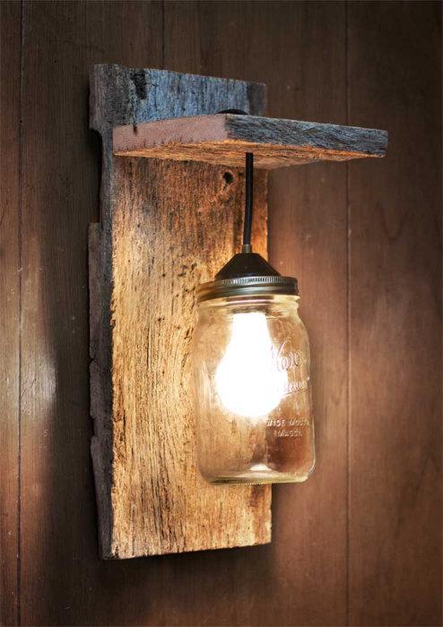 Простой настенный светильник, который можно смастерить из двух старых досточек и стеклянной банки для консервации.