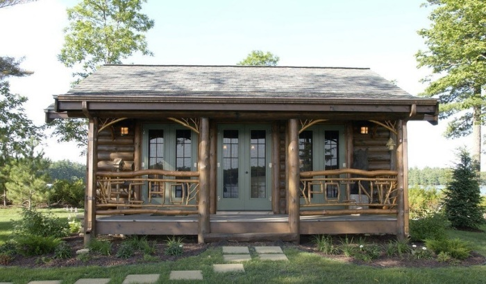 Небольшая деревянная постройка с мансардной станет хорошим местом для отдыха всей семьей.