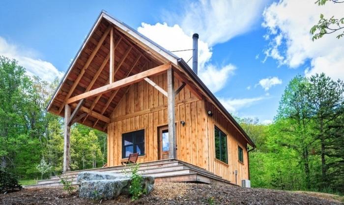 Деревянный ультрасовременный дачный домик из натуральных материалов.