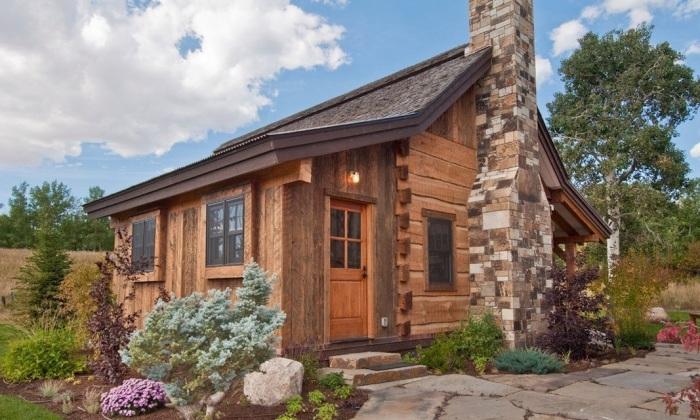 Уютный деревянный домик из натуральных экологически чистых материалов.