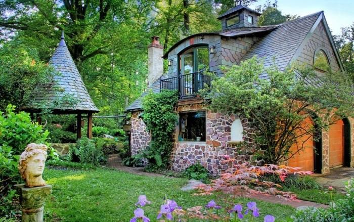 Небольшое жилище для дачи из камня или кирпича.