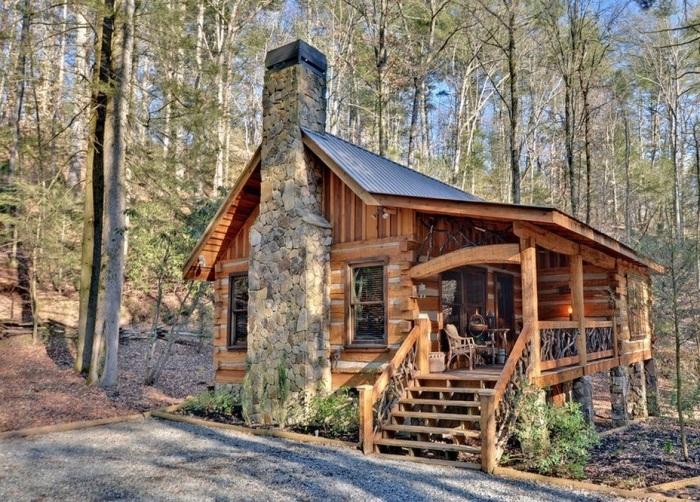 Стильный деревянный домик с мансардным помещением.