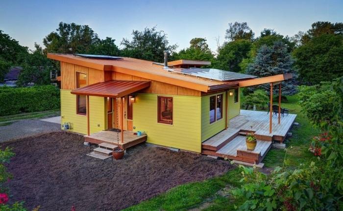 Современная дачная постройка желтого цвета, которая может стать полноценным комфортабельным жилищем.