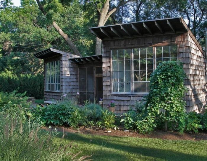 Небольшой, но очень практичный деревянный домик в лесу.