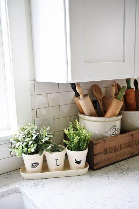 Три горшка для комнатных цветов в латке станут настоящей изюминкой любой кухни.