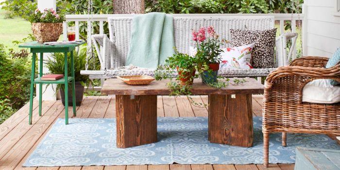 Мебель из натуральной древесины отлично подойдёт для современного летнего патио.