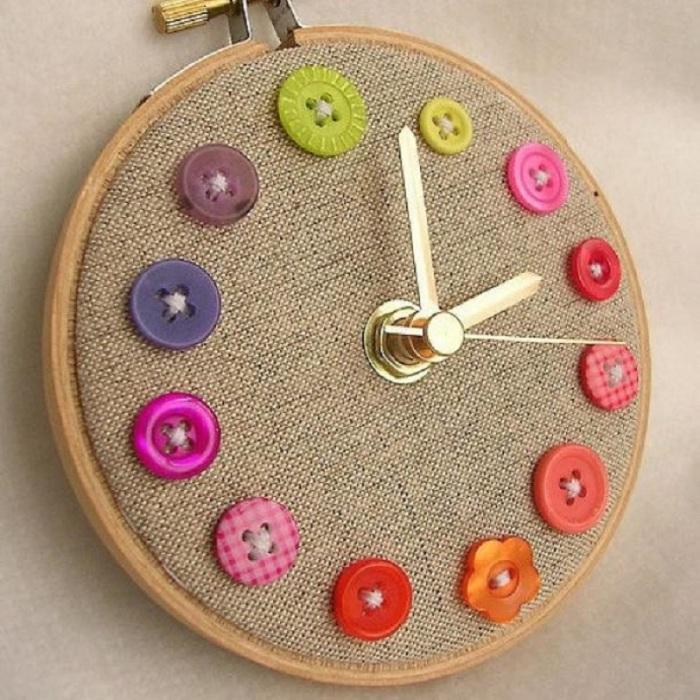 Удивительные механические часы, украшенные разноцветными пуговицами.