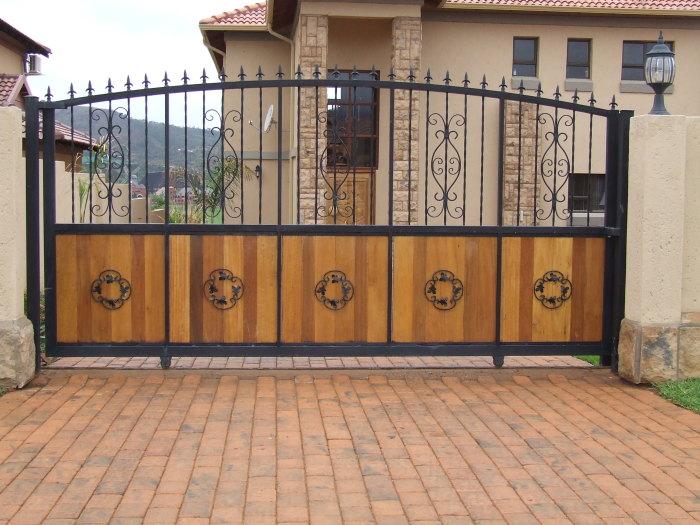 Комбинированная конструкция дорогих автоматических ворот.