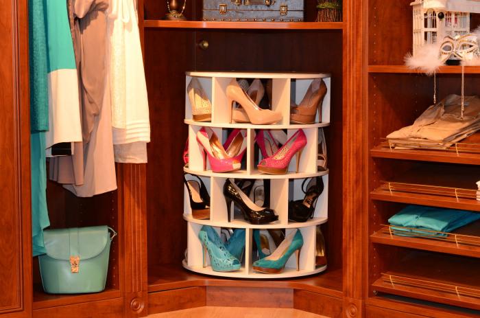 Вращающиеся стеллажи – конструкция, которая подойдет для хранения модельной обуви.