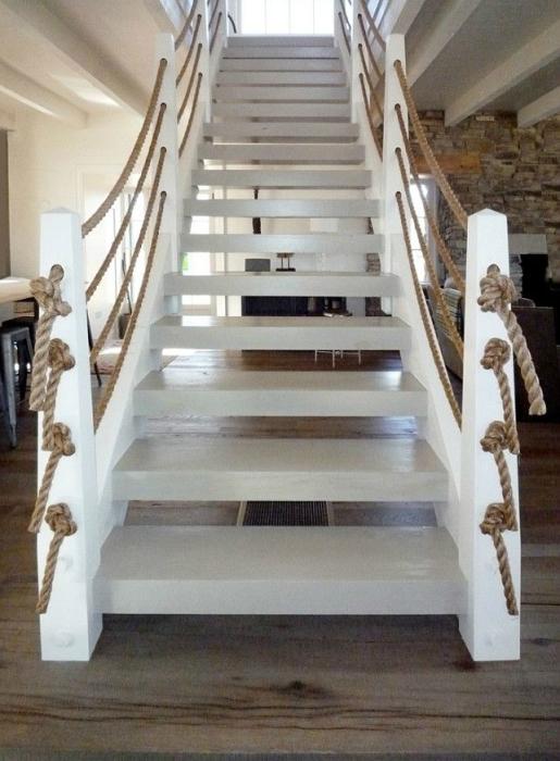 Лестница в морском стиле c деревянными ступенями и канатами вместо классических перил.