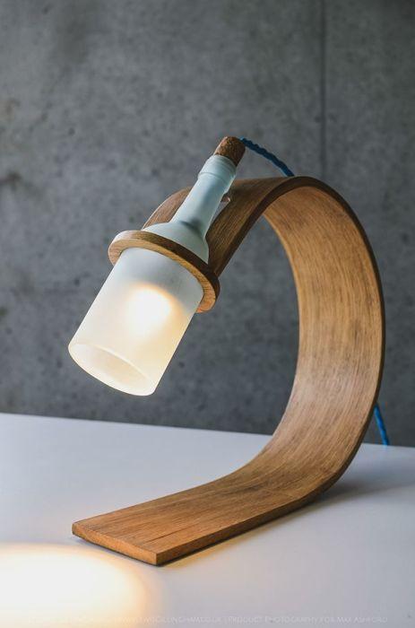 Светильник нестандартной формы с тонким корпусом из прессованного шпона.
