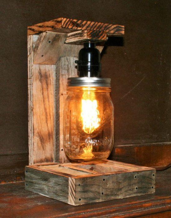Простой, но оригинальный напольный светильник, который можно изготовить из распиленного деревянного поддона и стеклянной банки.