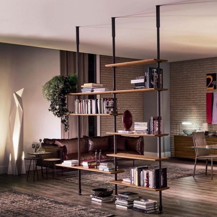 Эффектная гостиная комната, оформленная согласно последним трендам дизайна, со стеллажом посреди комнаты.