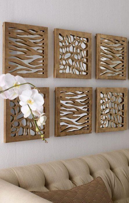 Деревянные картины на стене станут отличным решением для гостиной комнаты.