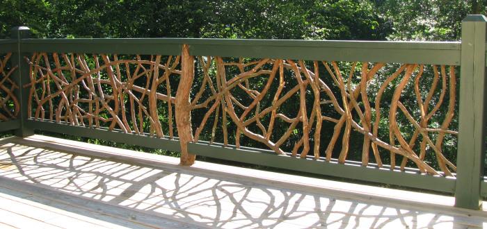 Нескучный забор, который легко можно сделать из необработанных веток и коряг.