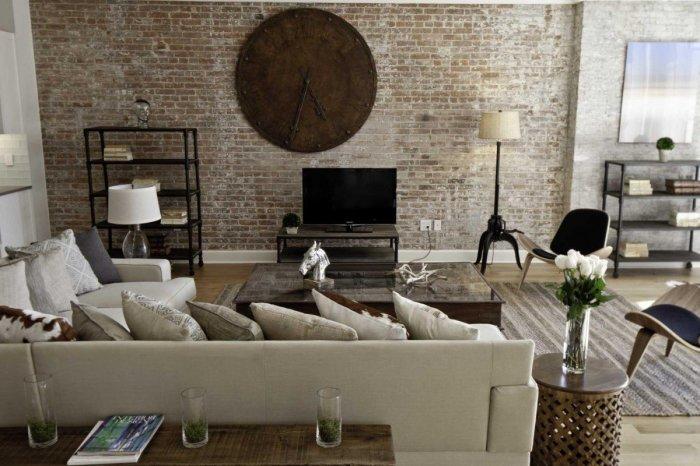 Каменная стена станет отличным дополнением к интерьеру гостиной комнаты.