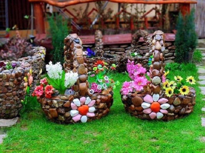Два необычных кашпо в виде корзинок, декорированных морскими камнями.