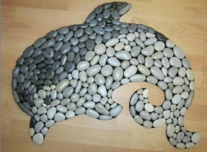 Отличный коврик для пола в форме дельфина декорированный морской галькой.