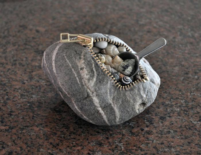 Декоративный кошелек из морского камня станет необычным дополнением к интерьеру.