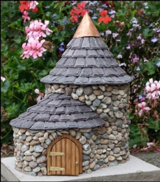 Маленький декоративный домик, полностью созданный из морских камней.