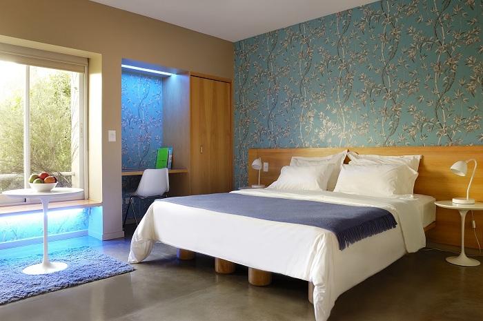 Аристократические обои и минималистский интерьер в современной спальной комнате.
